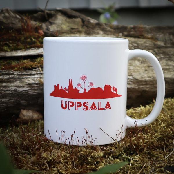 Uppsalamugg i porslin med Uppsalasiluetten i röd färg