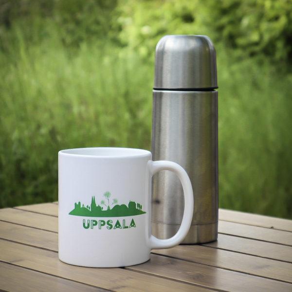 Uppsalamugg i porslin med Uppsalasiluetten i grön färg