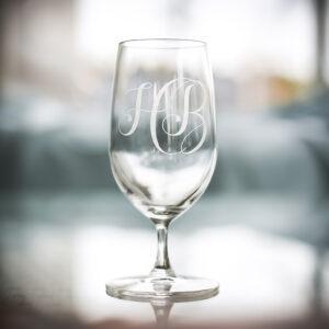 Ölglas i kristall med graverade initialer