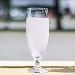 Stort ölglas i kristall med bubbelvatten