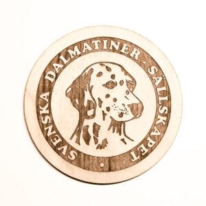 Glasunderlägg i trä med ingraverad logo: Svenska Dalmatiner Sällskapet