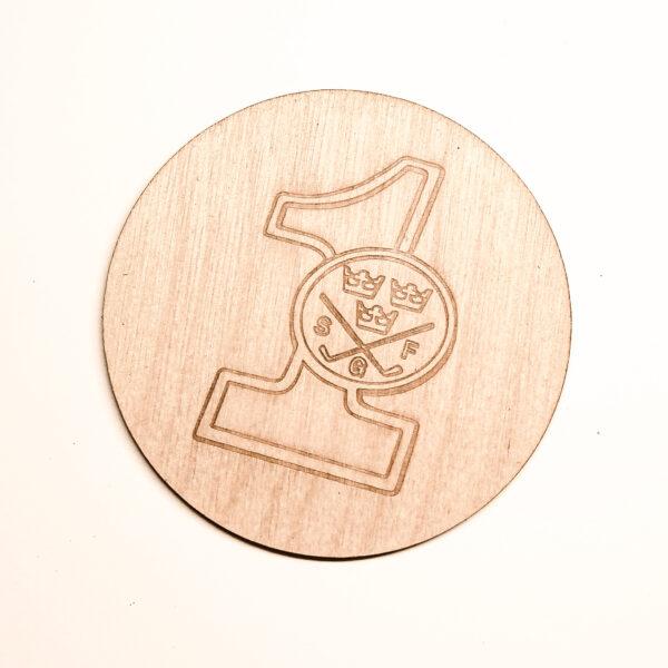 Glasunderlägg i trä med HIO-1:a