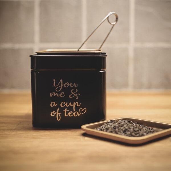 Graverad teburk i svart och guld