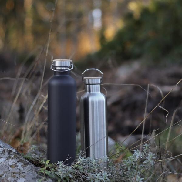 Miles termosflaskor i svart och rostfritt stål i utemiljö