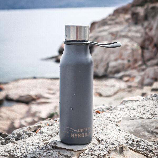 Vattenflaska i metall, Märke: Lean, 450 ml. Logo ingraverad