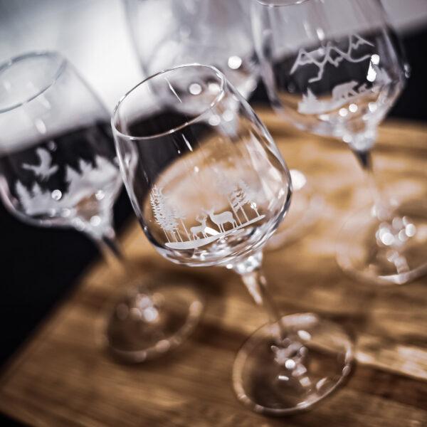 4 vinglas i kristall i serien NordicOne, Naturmotiv med bla renar