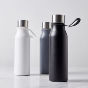 tre vattenflaskor i metall